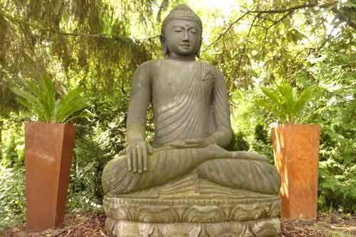 Große Buddhafigur im Garten