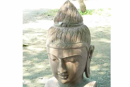 Nicht selten dauert es 2 bis 3 Monate, und benötigt 3 bis 4 Bildhauer, um einen einzigen Buddha fertig zu stell
