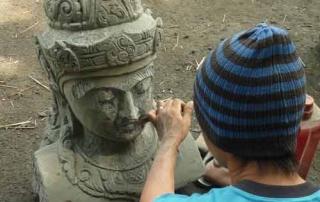 Unglaublich talentierte Bildhauer deren Budha Statuen von aussergewöhnlicher Schönheit sind.