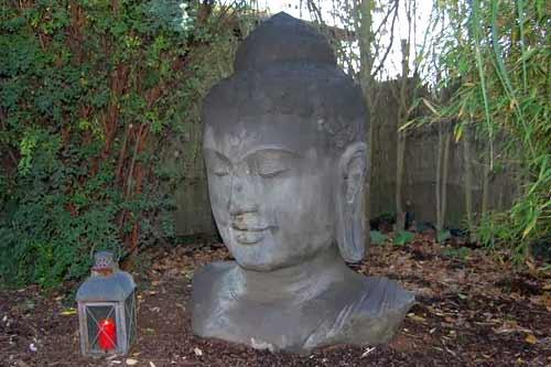 Buddha Kopf Figur im Garten