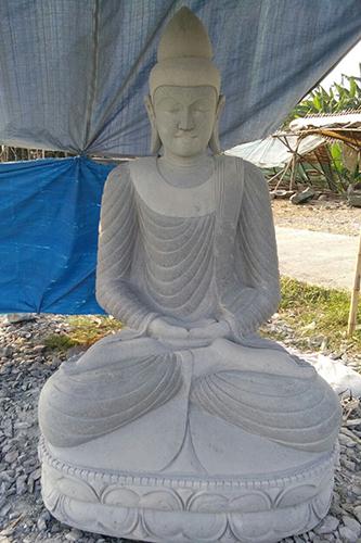 großer Flussstein Buddha