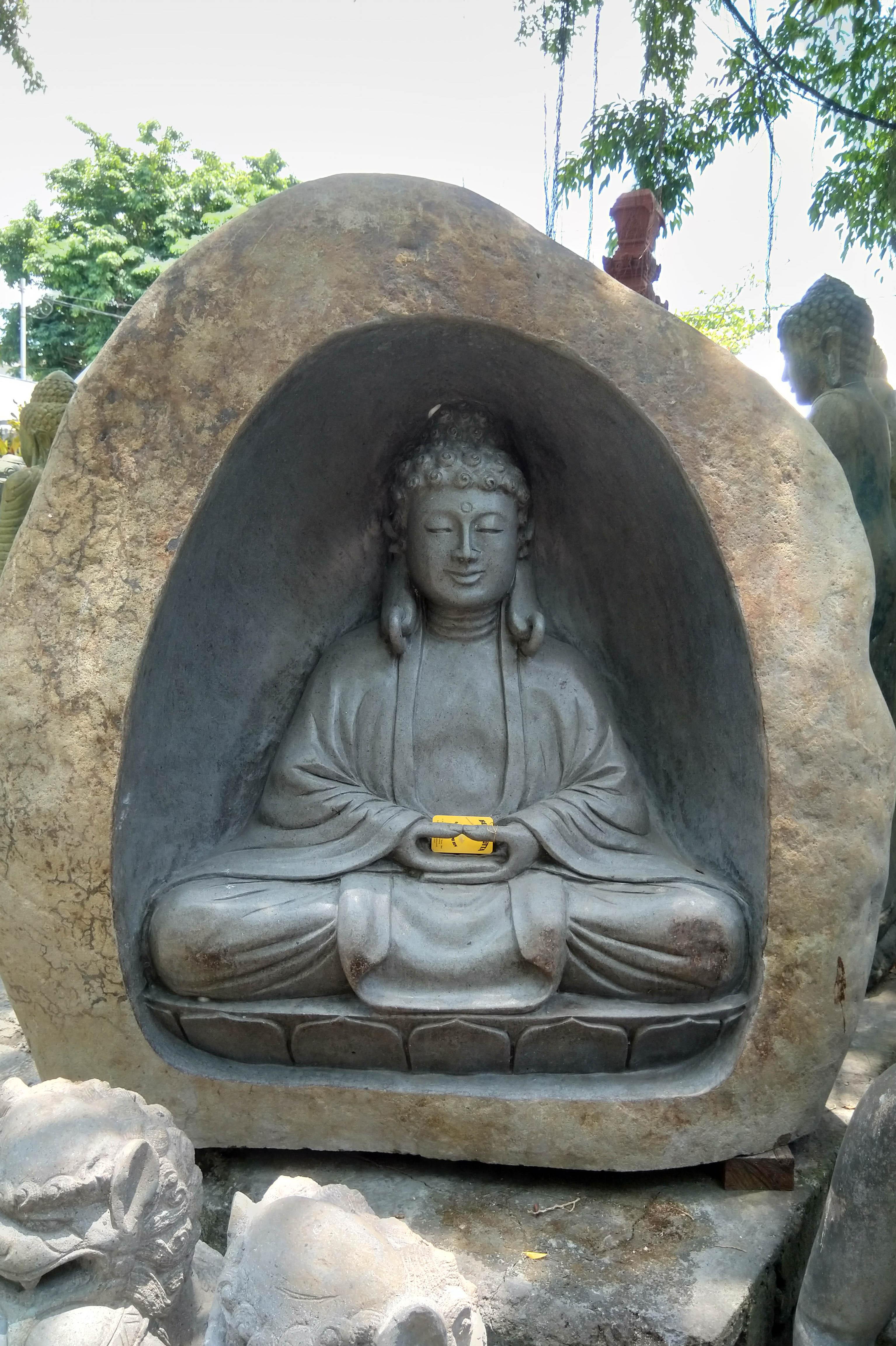 meditierender Buddha in der Höhle