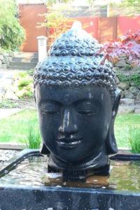 Buddha kopf wasserspiel